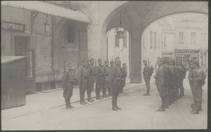"""Read more about the article """"Eine Stadt im Banne des Militärs"""""""